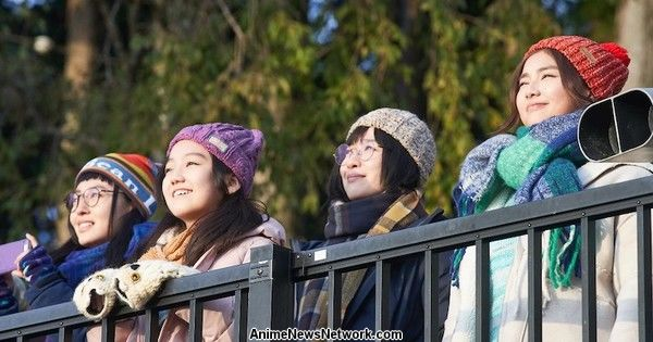 Сезон 2-го сезона «Спокойного лагеря в прямом эфире» раскрывает исполнителя первой песни, дебют 1 апреля